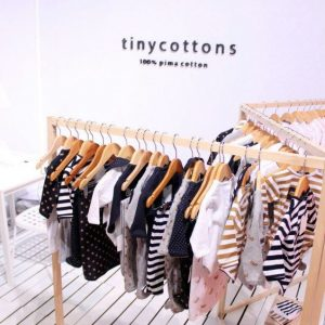 Stand de ropa: peculiaridades básicas para moda y complementos